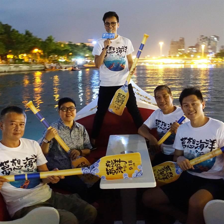 《夢想海洋》顧問湯湘竹(左起)、監製葉如芬、主題曲演唱者徐詣帆、蘇達貞教授、王威翔導演,坐在獨木舟上,在愛河陪民眾看電影。(華聯國際提供)