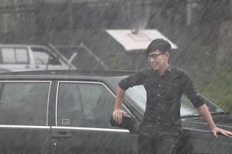 品冠雨中濕身 上演男男疊疊樂