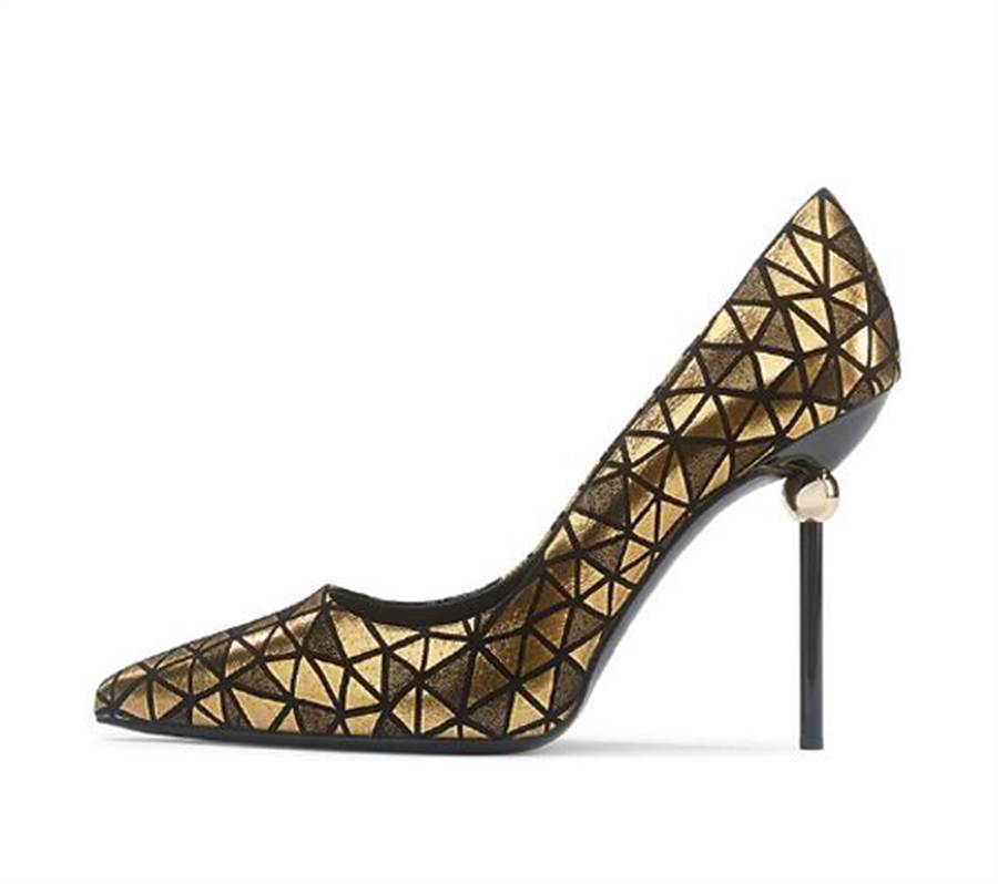 Roger Vivier Stiletto Sphere,菱形幾何拚接的金色皮革面料,既奢華又搖滾,建議售價36,000元。圖片提供/ROGER VIVIER