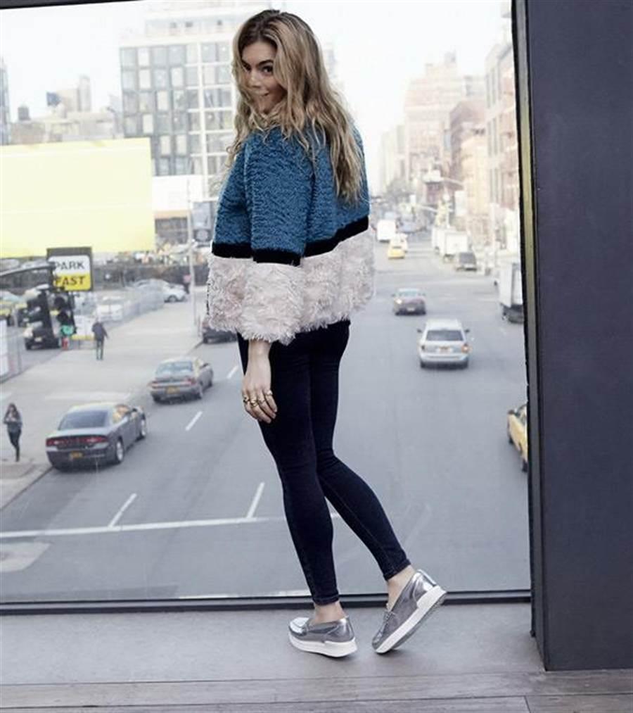 H222銀色皮革休閒鞋建議售價18,200元。圖片提供/HOGAN