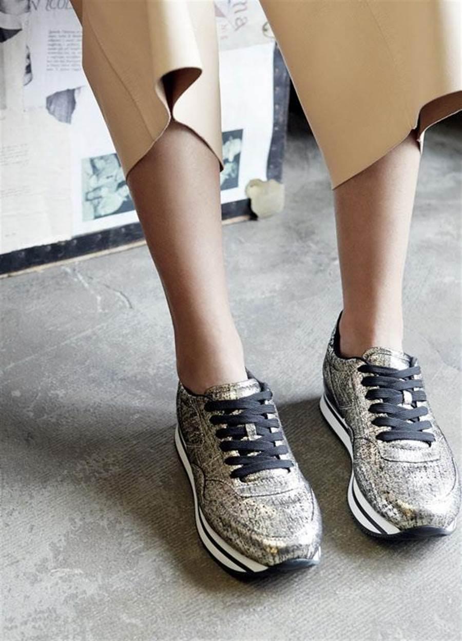 H222金屬皮革繫帶休閒鞋建議售價19,200元。圖片提供/HOGAN