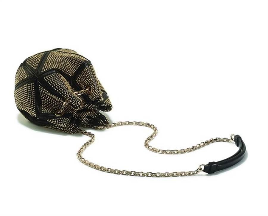 Roger Vivier Prismick Studs Seau,鑲滿金色鉚釘的黑色菱形幾何皮革拚接,讓優雅的肩包,添了搖滾態度,建議售價109,000元。圖片提供/ROGER VIVIER