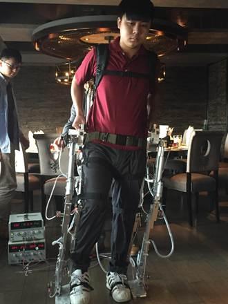 元智研發「下肢機械服」 可幫助脊髓損傷患者