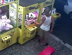 隔空取物? 男手藏強力磁鐵娃娃機竊傘遭逮