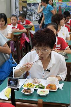 洪秀柱第一次吃营养午餐 笑称很新奇