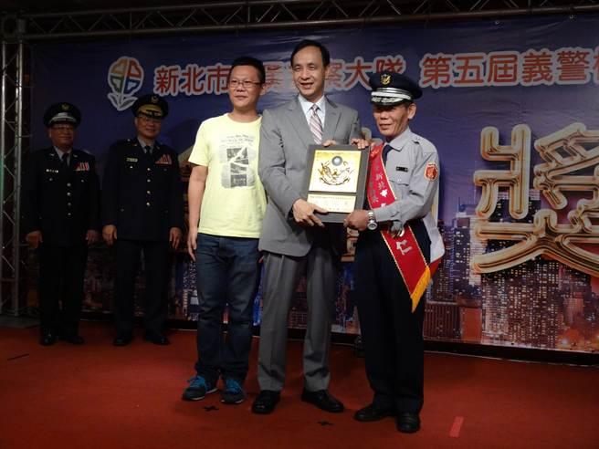 新北市長朱立倫一一頒獎給義警楷模。(葉書宏攝)