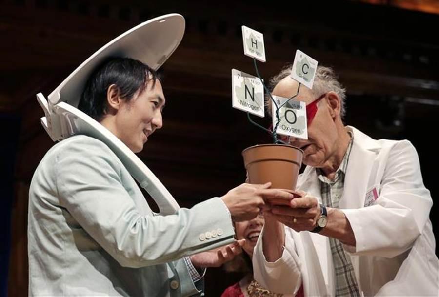 台灣裔美國籍科學家胡立德(左)戴著馬桶座領取今年度搞笑諾貝爾物理學獎。胡立德等人是以「哺乳動物尿尿時間等長」的研究獲獎。(美聯社)