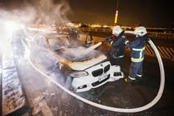 百萬轎車行進間自燃 華中橋上深夜冒火光
