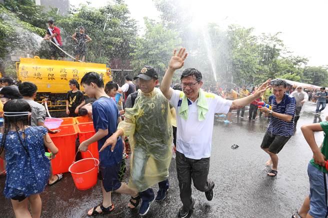 太平區舉辦潑水節活動,台中市長林佳龍也一起與民同樂。(馮惠宜攝)