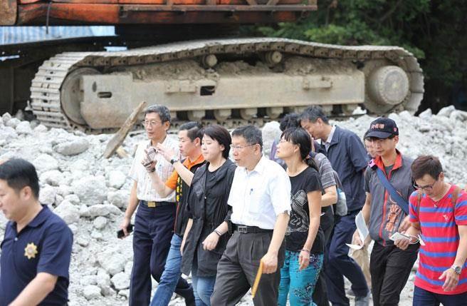 台北市長柯文哲今天下午親自至南港瓶蓋工廠視察,當場宣布暫時停工。(金穎清攝)