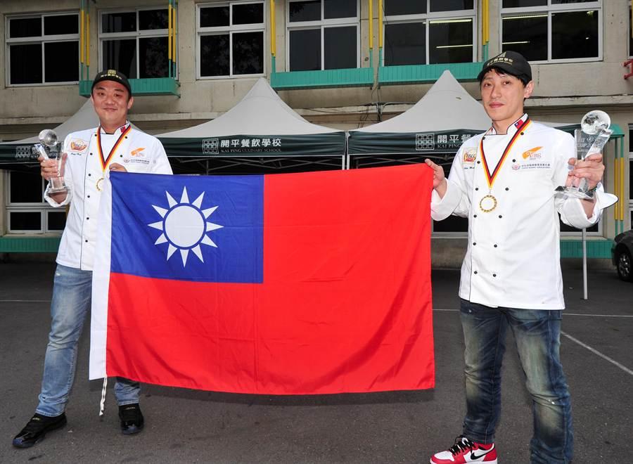 載譽返國的彭浩(左)、楊嘉明(右)開心拉著國旗慶祝。(劉宗龍攝)