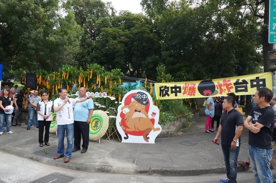 大批民眾在惠來公園抨擊天然氣的減壓站沒有地下化,或遷往偏僻地區,竟設在人口密集的住宅區。(盧金足攝)