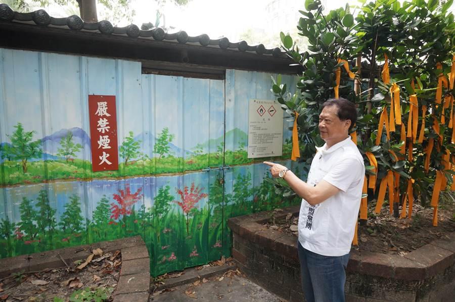 惠來公園內一座掛著「嚴禁煙火」牌子的鐵皮房子,竟是瓦斯減壓站。(盧金足攝)