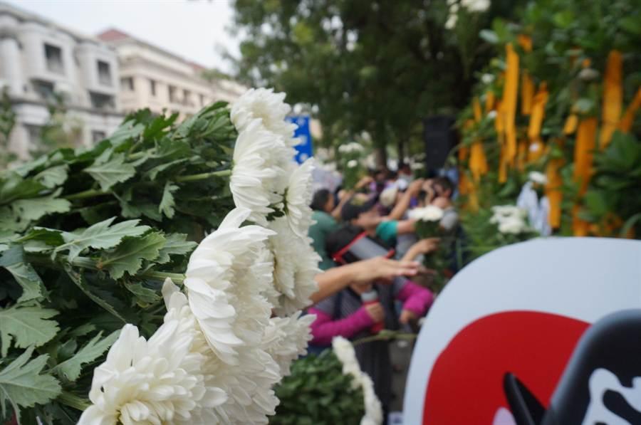 民眾將手中的白色菊花丟向天然氣減壓站,表達心中氣憤和憂心。(盧金足攝)