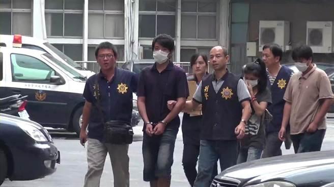 翁男(中)偕同妻子及友人組販毒集團,被高市刑大偵6隊逮獲。(劉宥廷翻攝)