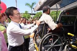 柯義祥捐復康巴士 完成父親遺願