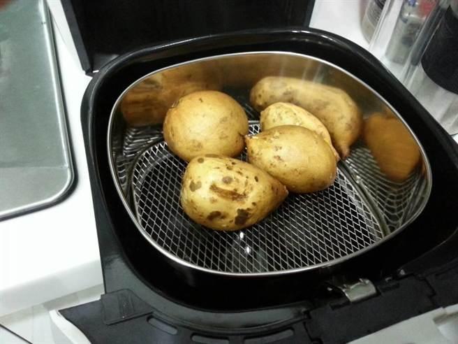 台中市環保局呼籲改用電烤爐來烤蔬食,既低碳無煙又健康,一舉數得!(陳世宗攝)