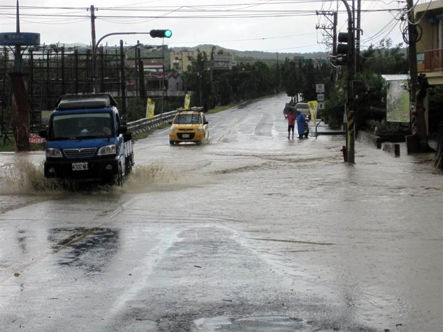每當午後雷陣雨,坡地水下流與野溪暴漲,就會造成屏200線淹水無法前行。(滿州鄉公所建設課提供)