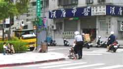 熱心警善行 助老翁過馬路