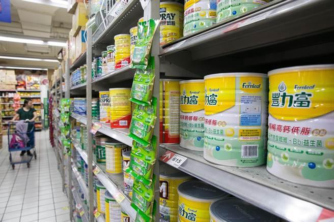 國際奶粉價格大跌7成讓國際大廠不得不裁員,但是台灣奶粉價卻是一直居高不下。(資料照片/林后駿攝)