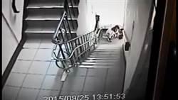 忍不住了! 短裙女公寓樓梯拉稀
