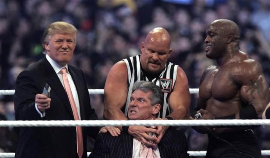 近年來爭議不斷的大亨川普(左)也是摔角的愛好者。(美聯社資料照)