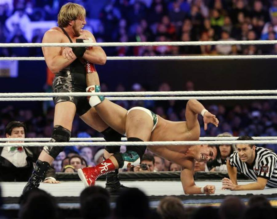 即便雙方有套招,畢竟拳腳無眼,摔角手受傷實乃家常便飯。(美聯社資料照)
