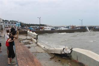 強颱遇大潮 龍鳳漁港海堤被沖垮