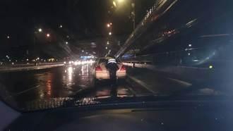 杜鵑強颱冒雨開車拋錨 警察助推車