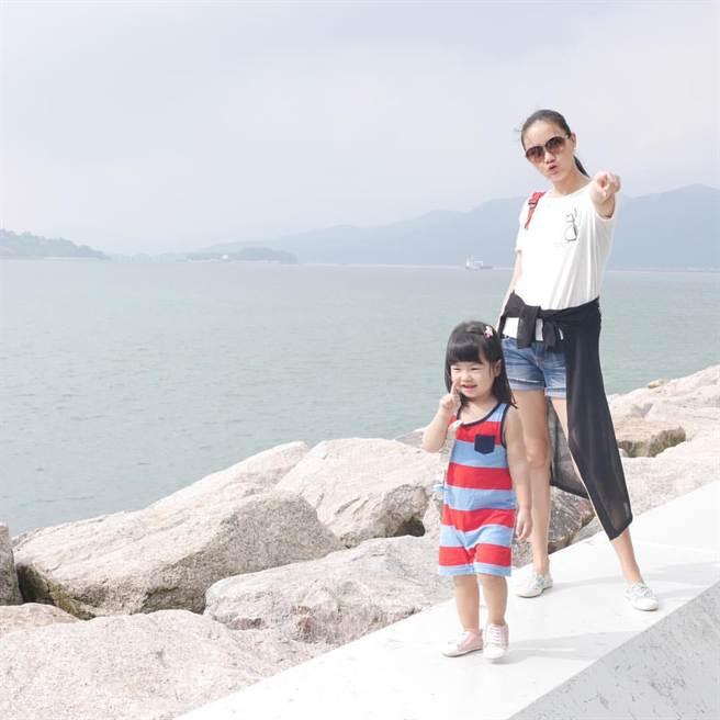 何妤玟和女兒。(取自何妤玟臉書)