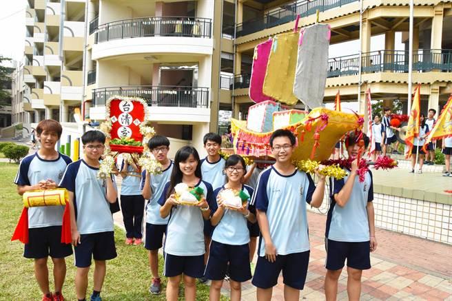 東港高中將藝文課程結合在地宗教信仰文化,在迎王期間祈求王爺保佑,明年大考能金榜題名。(許智鈞攝)