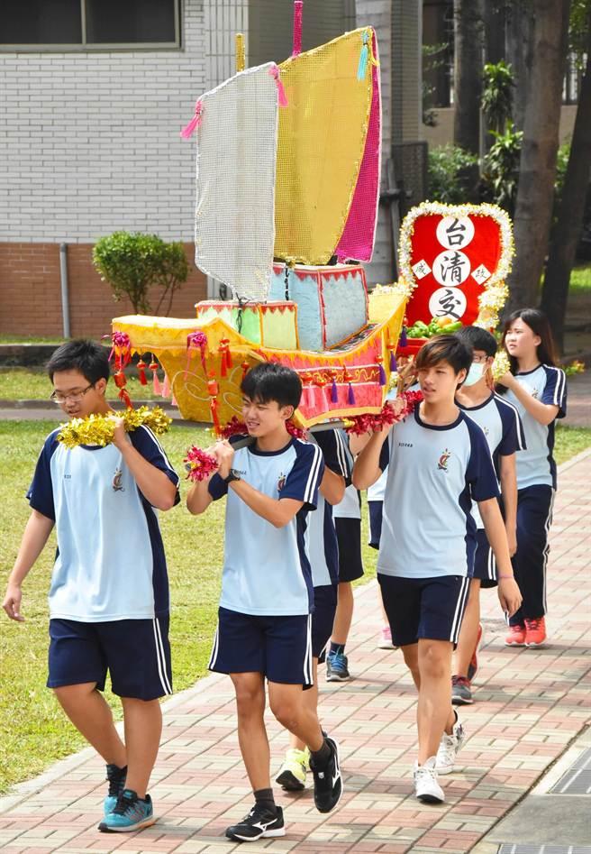 東港高中學生在校內舉辦小型迎王平安祭,還製作王船遶境相當逼真。(許智鈞攝)