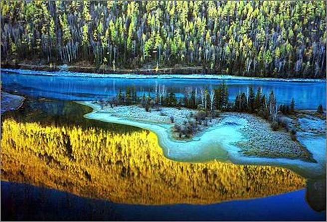 喀納斯湖隨季節有不同景色,是著名的「變色湖」。(人民網)