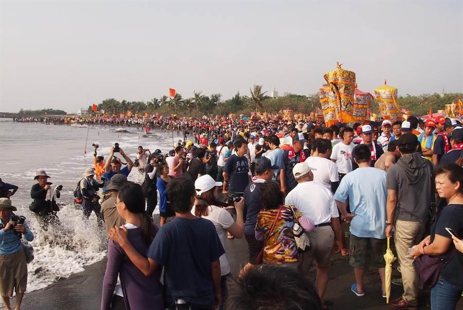 東港迎王平安祭第1天在鎮海公園沙灘進行請水儀式,沙灘上擠滿轎班和人潮。(潘建志攝)