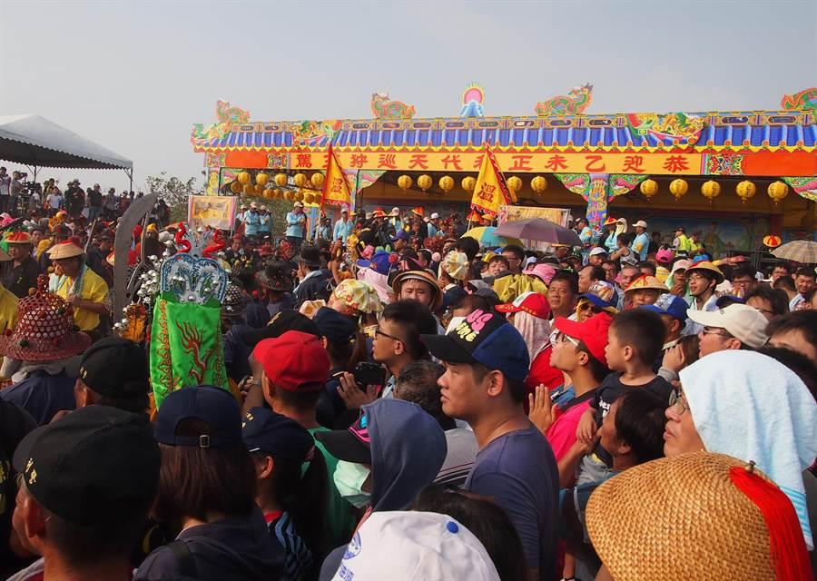東港迎王平安祭第1天在鎮海公園沙灘進行請水儀式,請王台前擠滿觀禮人潮。(潘建志攝)