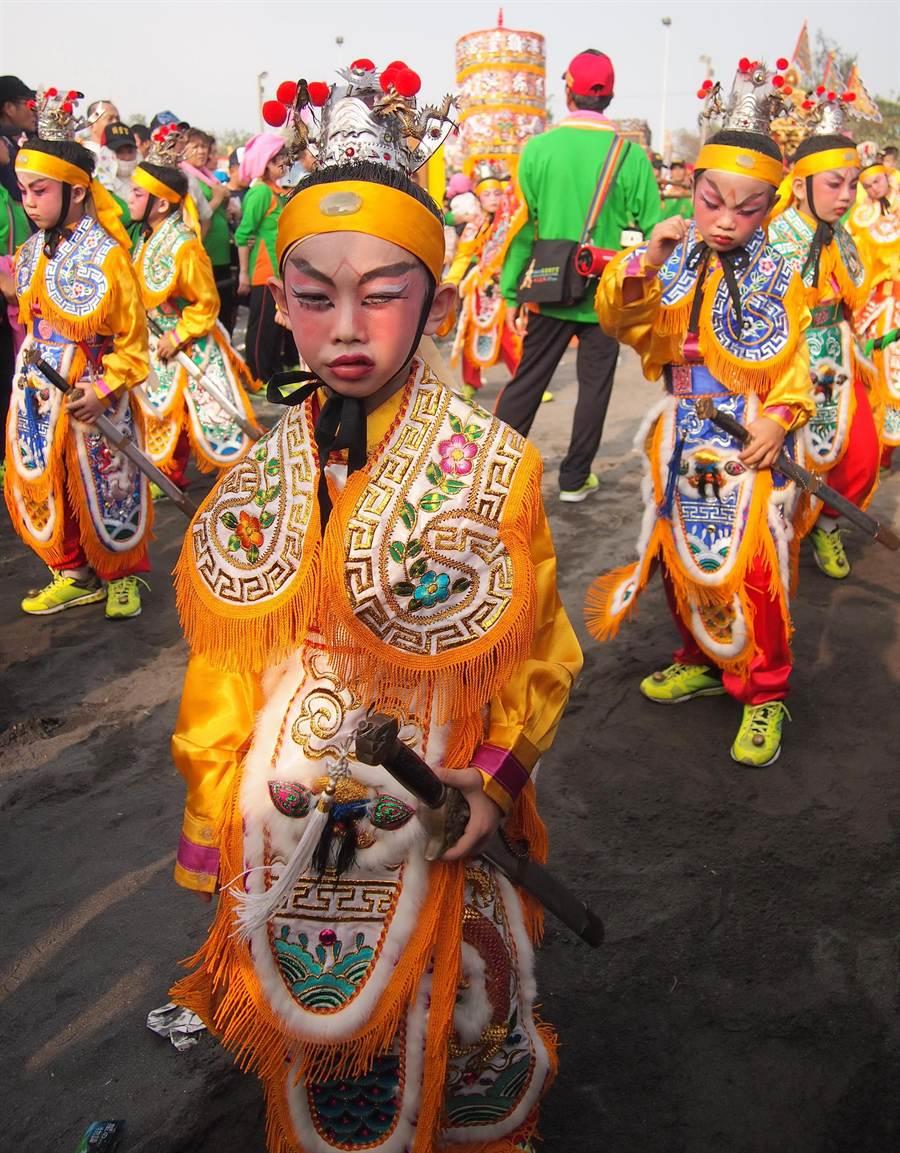 東港迎王小朋友組成的轎班也粉墨登場,非常可愛。(潘建志攝)