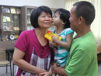 小淇出養至美國 寄養父母含淚祝福