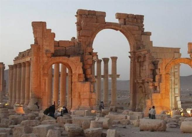 10月4日,極端組織「伊斯蘭國」炸燬敘利亞古城帕米拉的標誌性建築凱旋門。(摘自中國日報網)