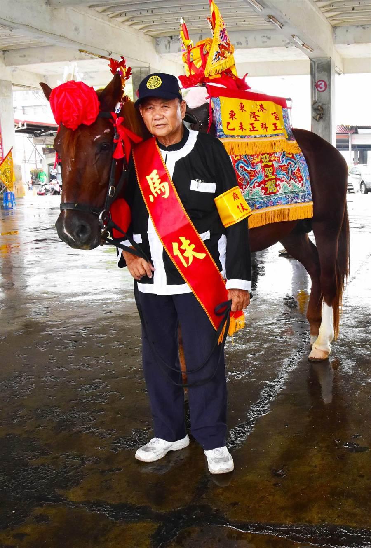 王馬受炮聲驚嚇將76歲的馬伕陳順來踩傷,讓他必須負傷走完全程。(許智鈞攝)