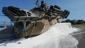 台二108K聯結車翻覆 滿地碳酸鈣