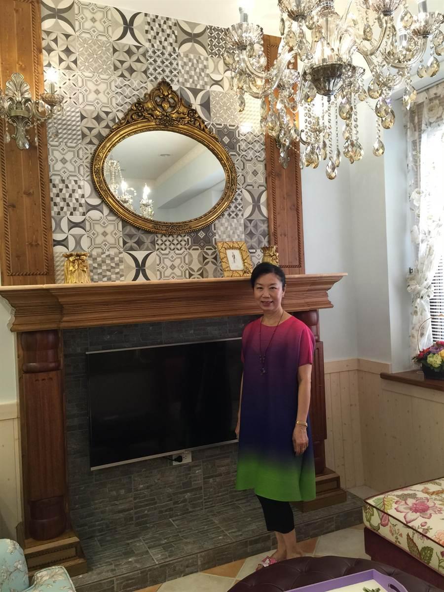 ▲丁荷芬將老家重新改造成展示空間,與眾不同的壁爐是她的最愛。(呂素麗攝)