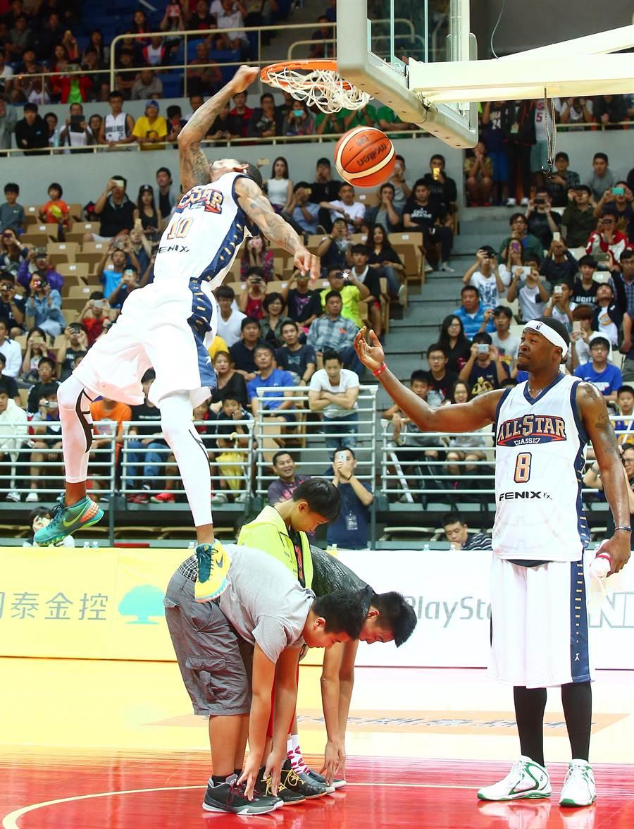 2015美國職籃經典名人對抗賽,杜佩(左)找來3位觀眾在籃下,大秀空中飛人灌籃絕技。(陳信翰攝)