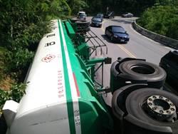 油罐車南迴公路 翻覆駕駛僅受輕傷