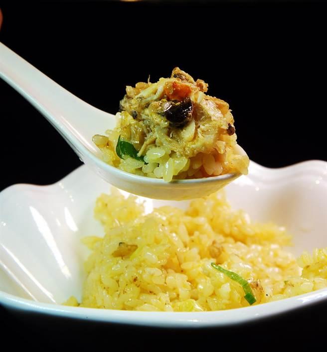 王寶和大酒店在台北圓山飯店推出的蟹粉炒飯,所用的蟹粉全是真材實料用手工拆出後再炒製的。(圖/姚舜攝)