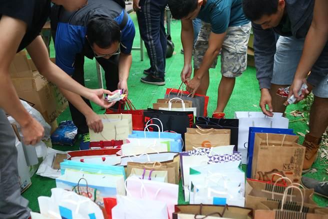 這次要送給街友的「禮物」都是由線上募資平台「愛物資」所募集,主要是毛巾、藥膏和點心等生活必需品。(余祥攝)