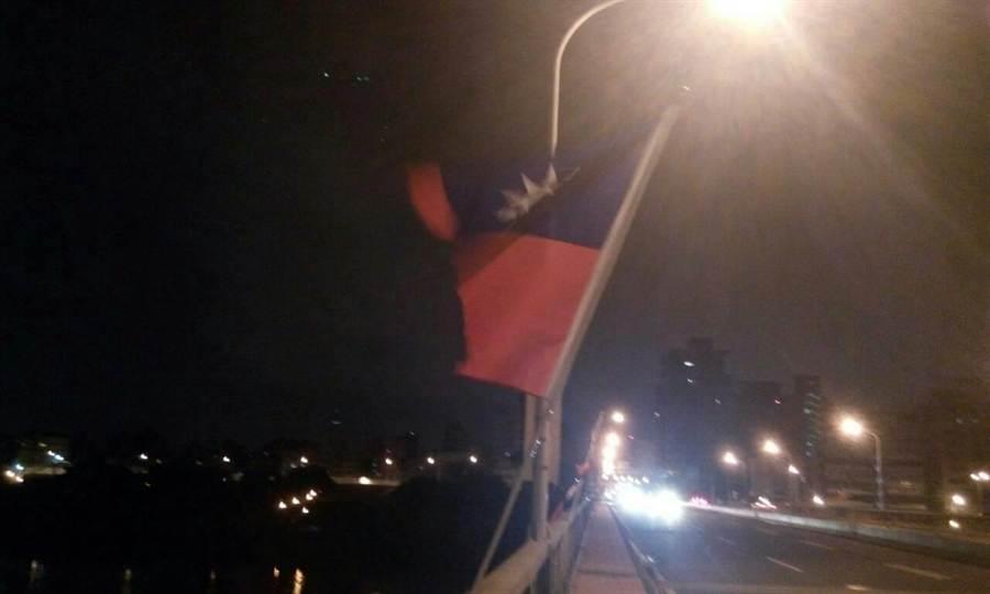 中正橋上的國旗遭不明怪客割破。(葉書宏翻攝)