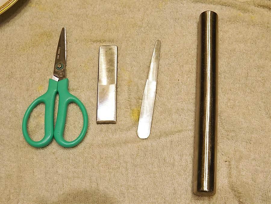 拆蟹粉的工具包括剪刀(由左至右)、割刀、挑針與滾棒。(圖/姚舜攝)