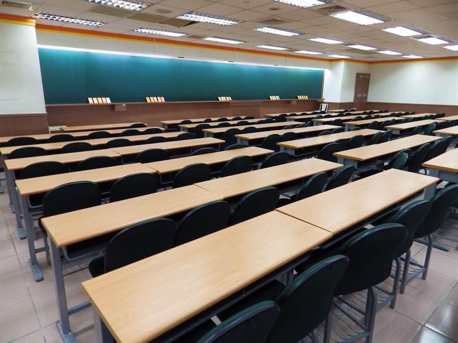 中儒林補習班的課桌椅、投影機等設備,今天下午被民事執行處執行拍賣。(陳界良攝)