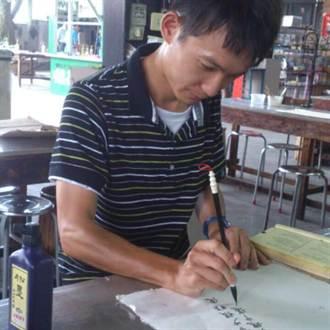 黑板當宣紙、粉筆寫行草 南投水里國小老師爆紅