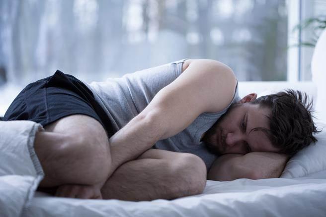 只要遵照醫囑用藥,不亂吃其他助眠成藥或保健食品,以防發生副作用,謹記吃安眠藥只是幫助入眠,吃完15分鐘請儘速就寢。圖片來源:健康365